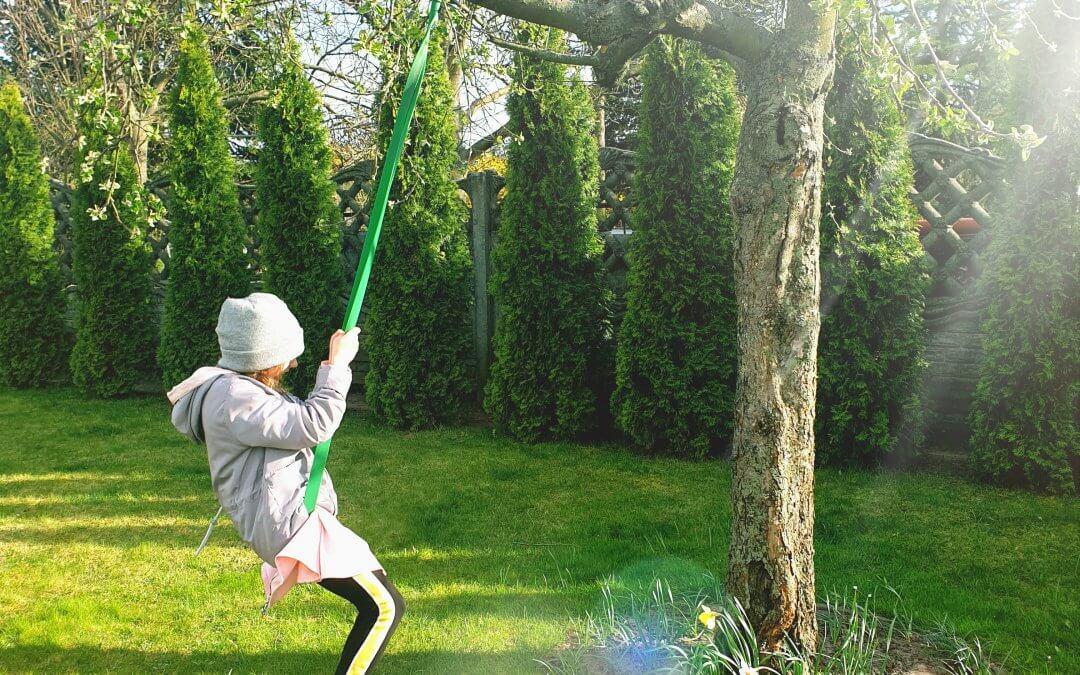 Lulu zamarzyła bymieć własne drzewo, poczym posadziła je razem ztatą, apotem dbała oniebyurosło.